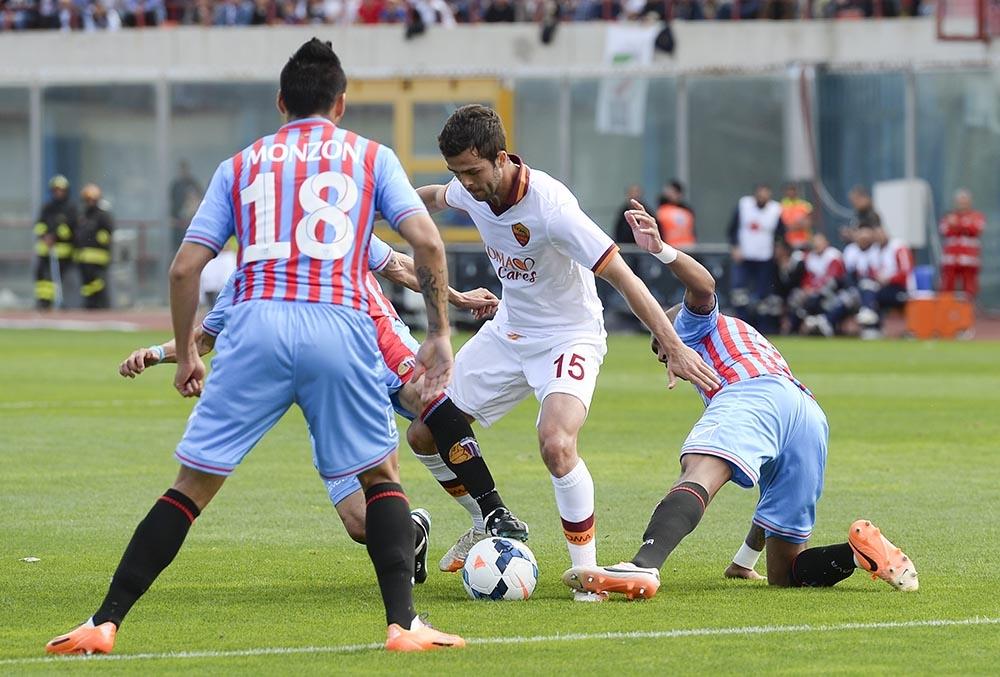 Pjanic umringt von Catania-Spielern