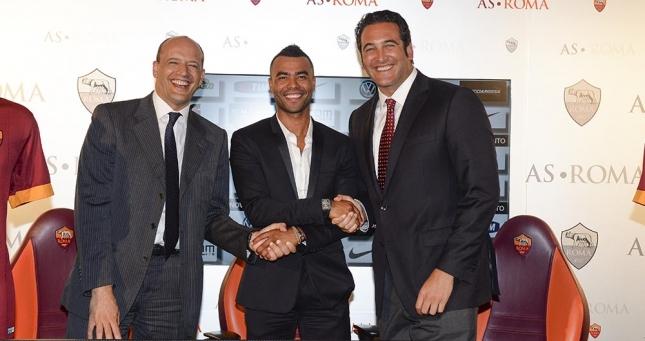 Ashley Cole mit Mauro Baldissoni und Italo Zanzi nach seiner Unterschrift (asroma.it)