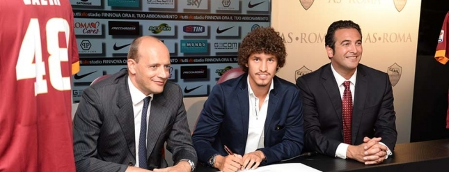 Salih Ucan mit Mauro Baldissoni und Italo Zanzi nach seiner Unterschrift (asroma.it)