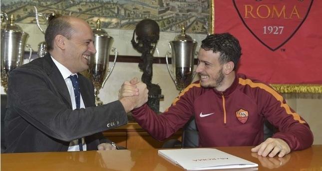 Mauro Baldissoni und Alessandro Florenzi besiegeln die Vertragsunterschrift (asroma.it)