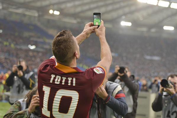 totti_selfie_behindthescenes_asroma.it