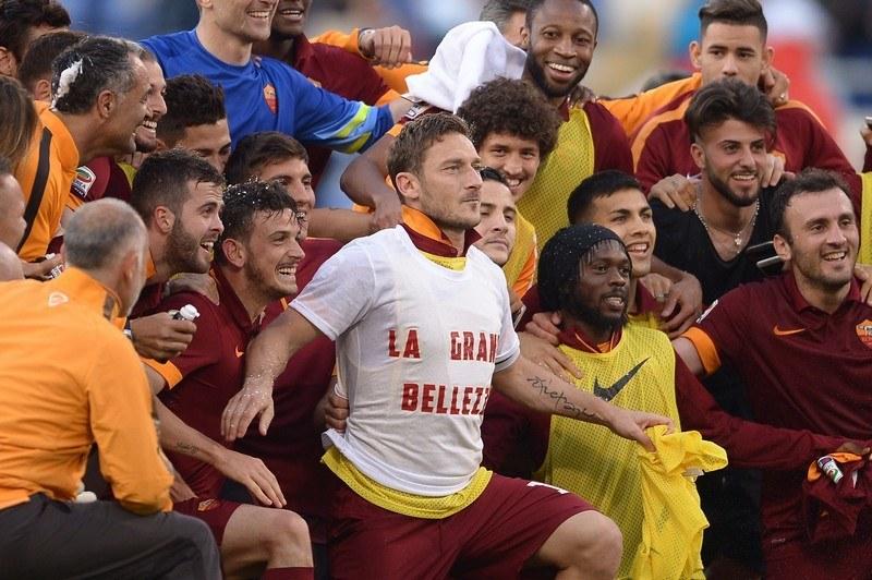 Die Roma feiert den Derby-Sieg vor der Curva Sud (www.giornalettismo.com)