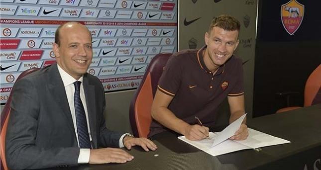 Edin Dzeko unterschreibt seinen Vertrag (asroma.it)